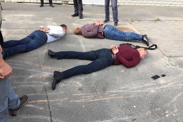 Трех госслужащих задержали в Киеве на взятке в $10 тысяч
