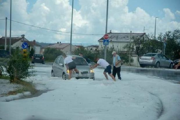 Снег летом заказывали? Похоже в Хорватии кто-то очень ждет Санта Клауса