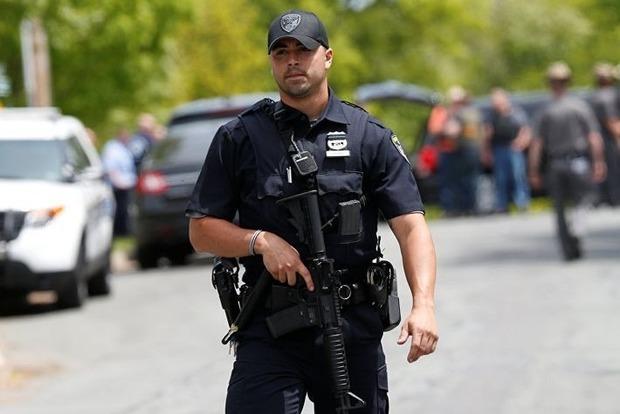 Полицейские в панике застрелили невооруженного психа и его заложницу