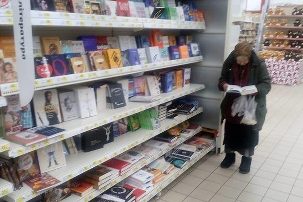 Старушка, которая 15 лет ходит в супермаркеты ради книг, стала хитом Сети