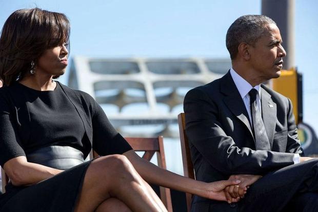 Трампа потроллили фотографией супругов Обама держащихся за руки