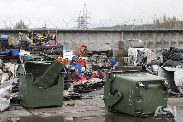 Ніхто не сортує в Україні: підприємства з переробки вторинної сировини закуповують макулатуру і скло за кордоном