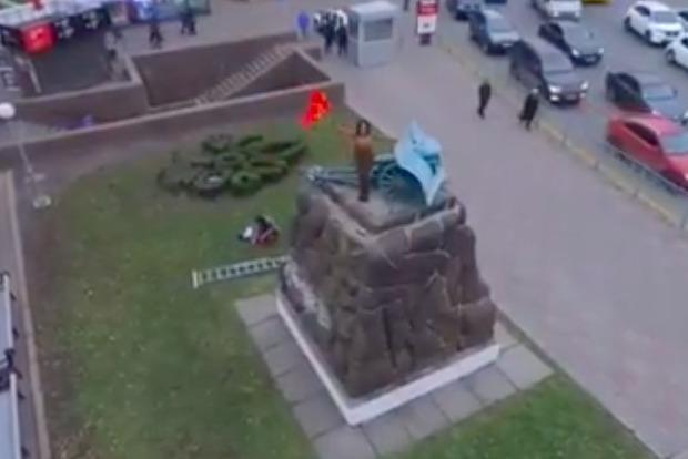 Уцентрі Києва активістка Femen влаштувала оголений протест напам'ятнику