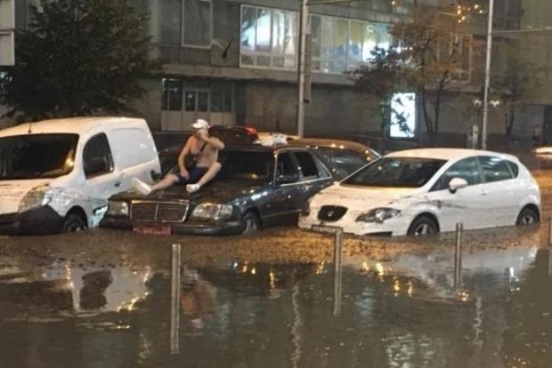 Венеция на шару: ливень снова утопил центр Киева