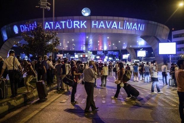 Число жертв теракта в аэропорту Стамбула продолжает расти