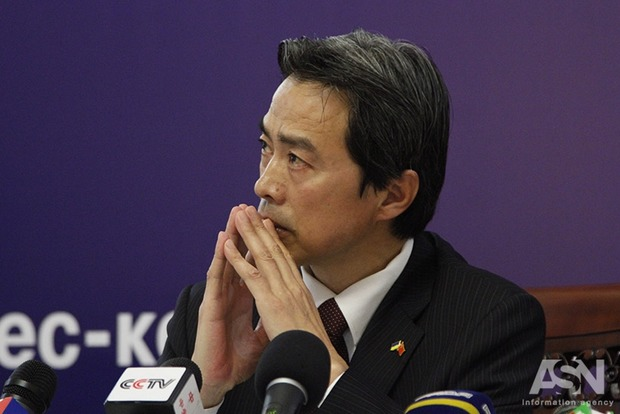 Китай заявил, что выступает за мирное решение кризиса на Донбассе