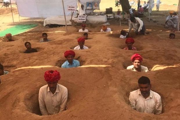 Индийские фермеры по уши закопались в землю ради денег