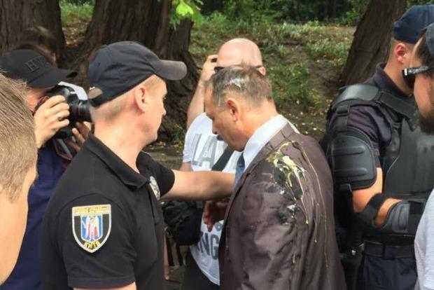 Нардепа Барну закидали яйцями біля Верховної Ради