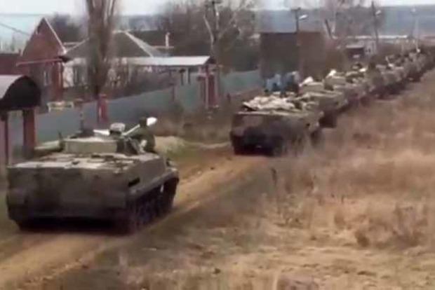 Колонны танков России идут к границе Украины. Появилось видео