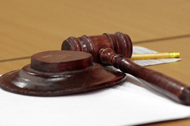 Суеверная, старообрядная: судья перед заседанием обсыпала зал солью