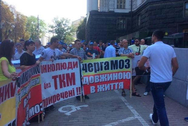 Под Кабмином требуют спасти смертельно больных украинцев