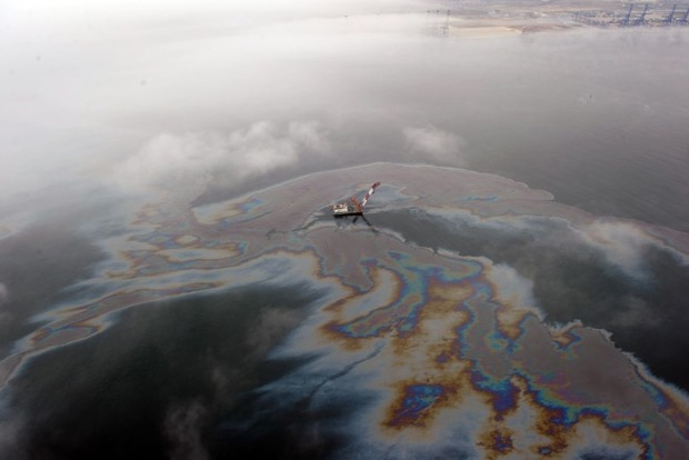 В Черном море около Севастополя разлилась нефть