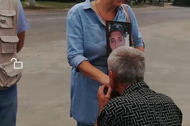 Руки целовал, на коленях ползал. Атовцы наказали водителя, оскорбившего мать погибшего Героя