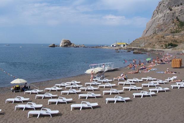 «Погода помешала»: пляжи Крыма до сих пор не готовы к сезону