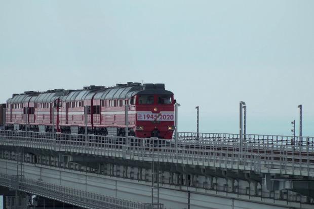 Опубликовали первое видео переезда Крымским мостом грузового поезда