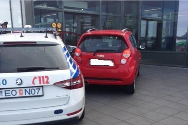 В Исладнии во время полицейской погони автомобиль въехал в зал аэропорта