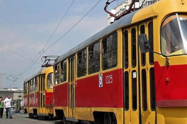 Притрусили песочком: В Днипре останки погибшей женщины не убирают с трамвайных путей (фото 18+)