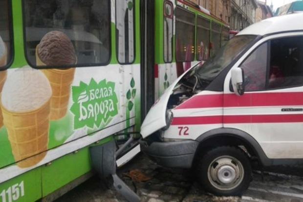 Во Львове карета скорой помощи влетела в трамвай