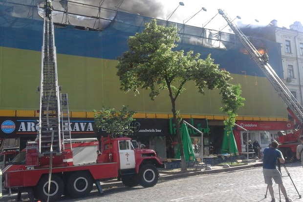 На Хрещатику палає будівля колишнього Центрального гастроному