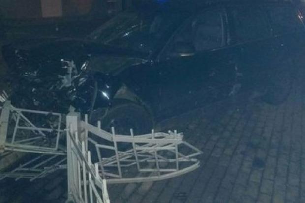 Лихач устроил двойное ДТП и снес остановку в людьми в Ровно