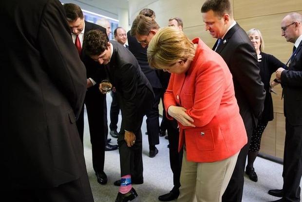 Премьер Канады показал Ангеле Меркель свои носки прямо на встрече глав стран НАТО в Брюсселе