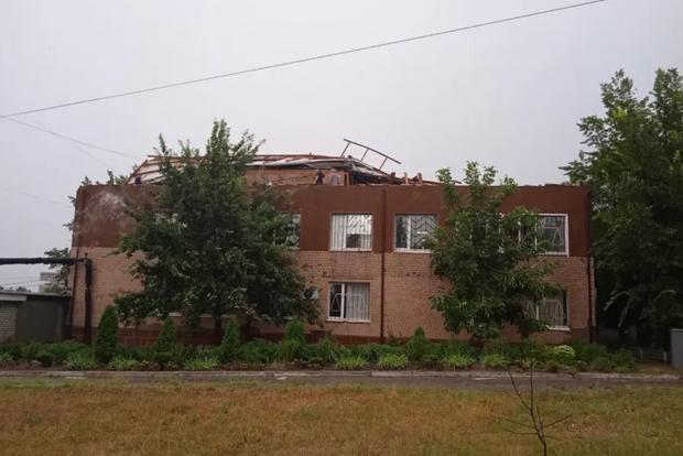 Ветер сорвал крышу горсуда на Николаевщине и разнес тысячи судебных документов по городу