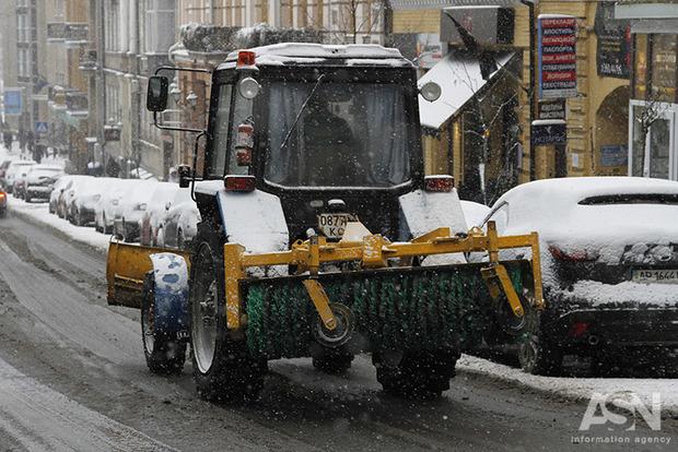 Первый снег выпал в Киеве, дорожники заявили о полной готовности к снегопадам