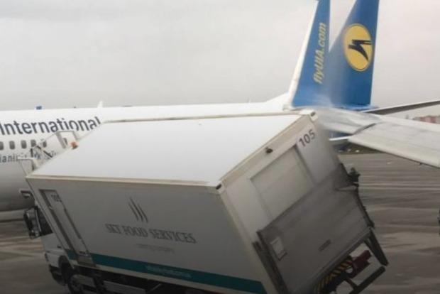 В «Борисполе» самолет зацепил крылом грузовик, рейс задержали