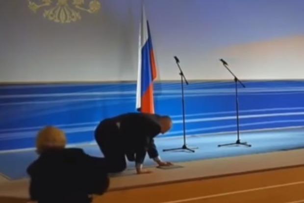 Жириновский приветствовал нового губернатора на четвереньках