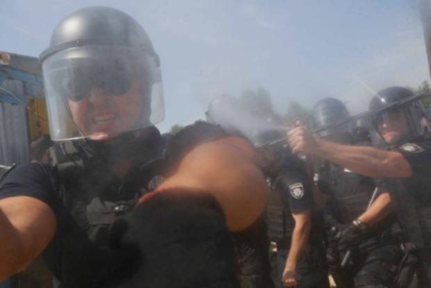 Беркут вернулся: В Киеве полицейский намеренно атаковал журналиста