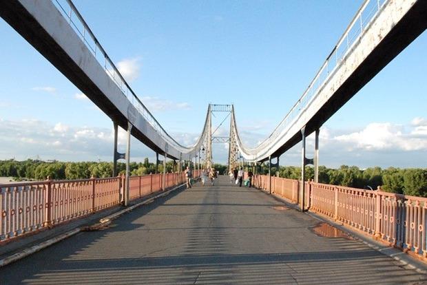 На пешеходном мосту в Киеве появится тротуар в виде вышивки