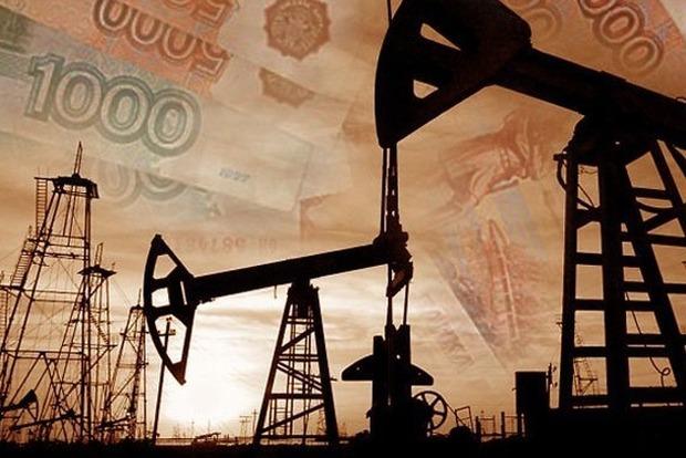 Цена на нефть впервые с марта упала ниже $50 за баррель, потянув за собой российский рубль