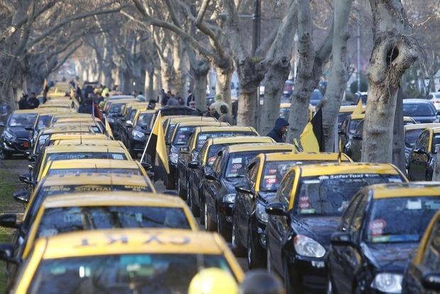 Чилийские таксисты протестовали против Uber, есть погибший