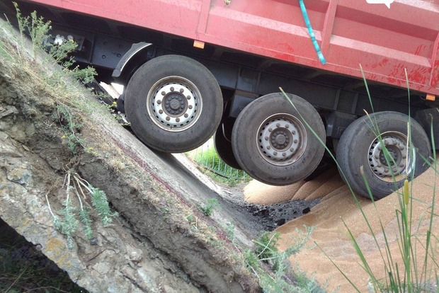Под зерновозом в Днепропетровской области обвалился мост