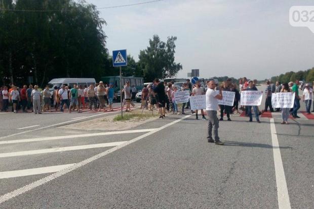 Жителі навколишніх сіл знову перекрили трасу, протестуючи проти львівського сміття