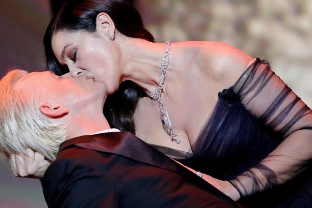 Ведущая Каннского фестиваля Моника Белуччи сразила сексуальным платьем и поцелуем в губы