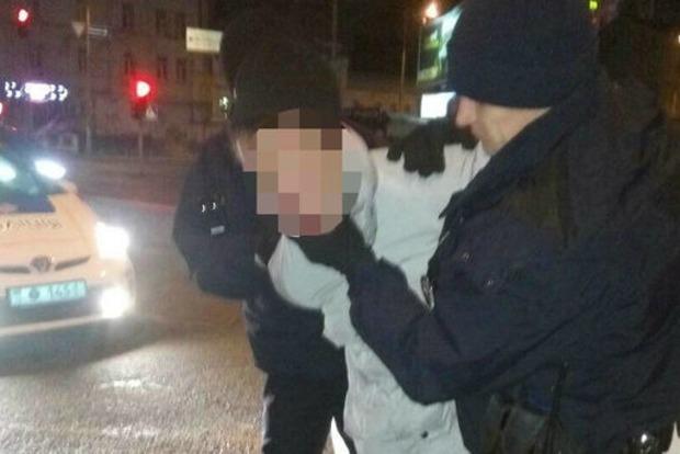 В центре Киева мужчина  с ножом ограбил женщину