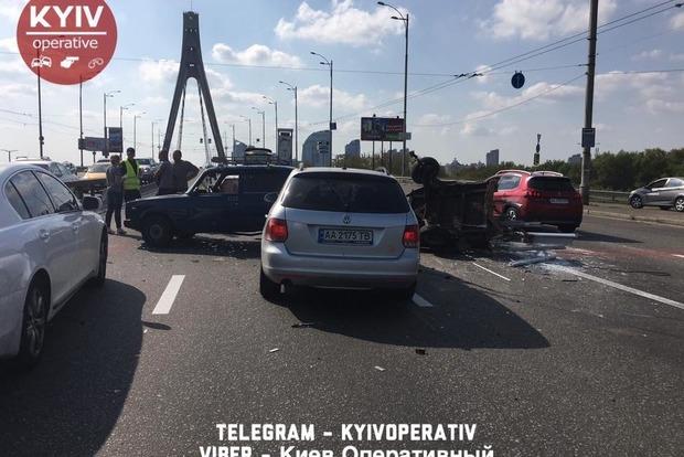 В Киеве на Московском мосту большая пробка из-за столкновения ВАЗа и Volkswagen