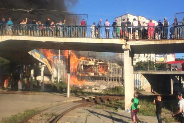 Сильнейший пожар начался на столичном рынке Колибрис