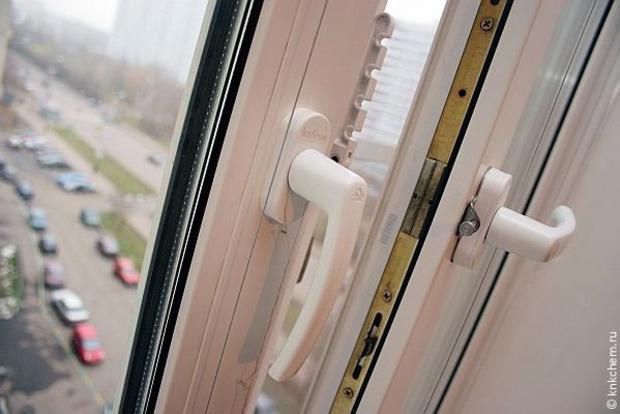 Под Киевом ребенок снова выпал из окна, опершись на антимоскитную сетку