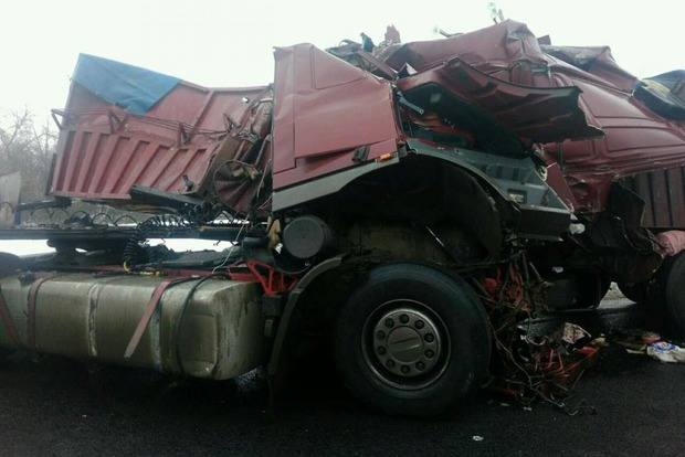 Лоб в лоб: три грузовика и легковушка столкнулись на ночной дороге