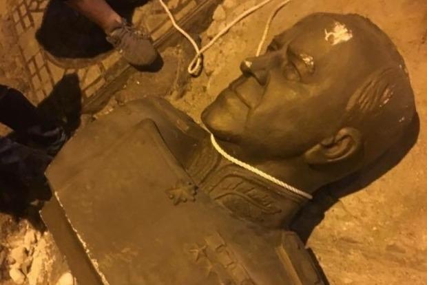 В Одессе ко Дню Независимости неизвестные повалили бюст маршала Жукова