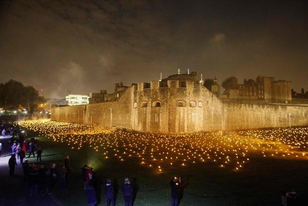 10 000 огней освещают Лондонский Тауэр в память о павших героях Первой мировой войны