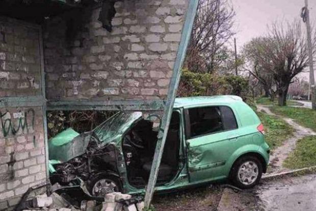 В Константиновке иномарка протаранила остановку: 5 человек пострадали