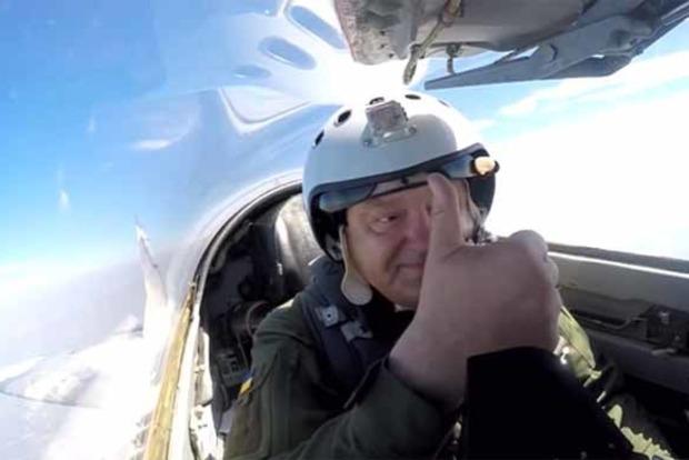 У соцмережах висміяли політ Порошенка на МіГ-29