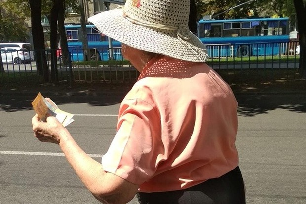 Позор на всю страну: в Днепре маршрутки не подбирают пенсионеров