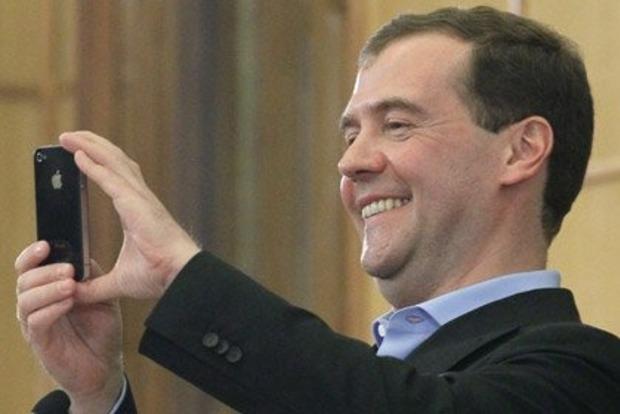 Российские пенсионеры ползают перед Медведевым на коленях