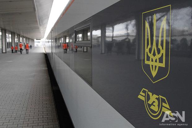 Поезд Интерсити уже 1.5 часа стоит под Харьковом, пропал свет