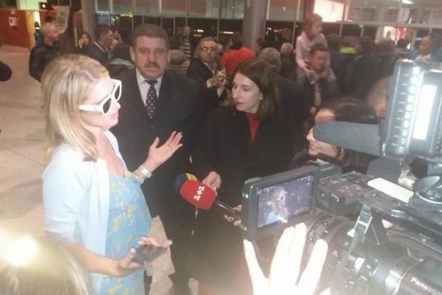 Перис Хилтон с женихом прилетели в Украину