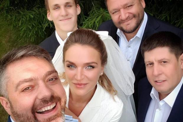Дочь Добкина вышла замуж в кроссовках и костюме